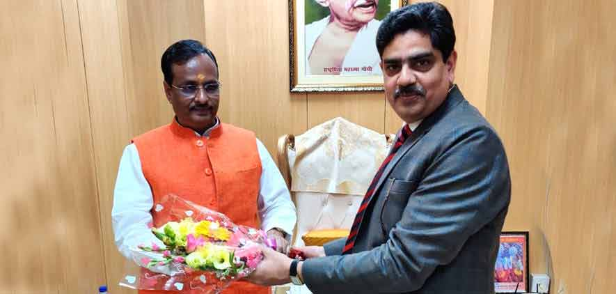 Vice-Chancellor greeting Honourable Deputy Chief Minister of Uttar Pradesh Prof. Dinesh Sharma